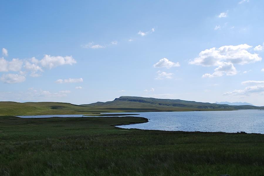 озера вблизи  Old Man of Storr, остров Скай, Шотландия