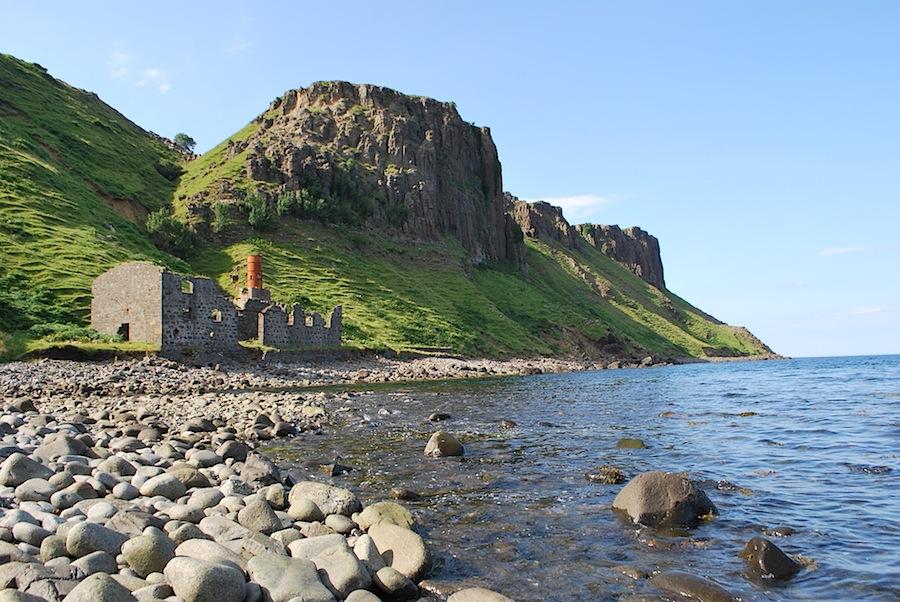 разрушенная фабрика, на которой раньше производили сырье для динамита, остров Скай, Шотландия
