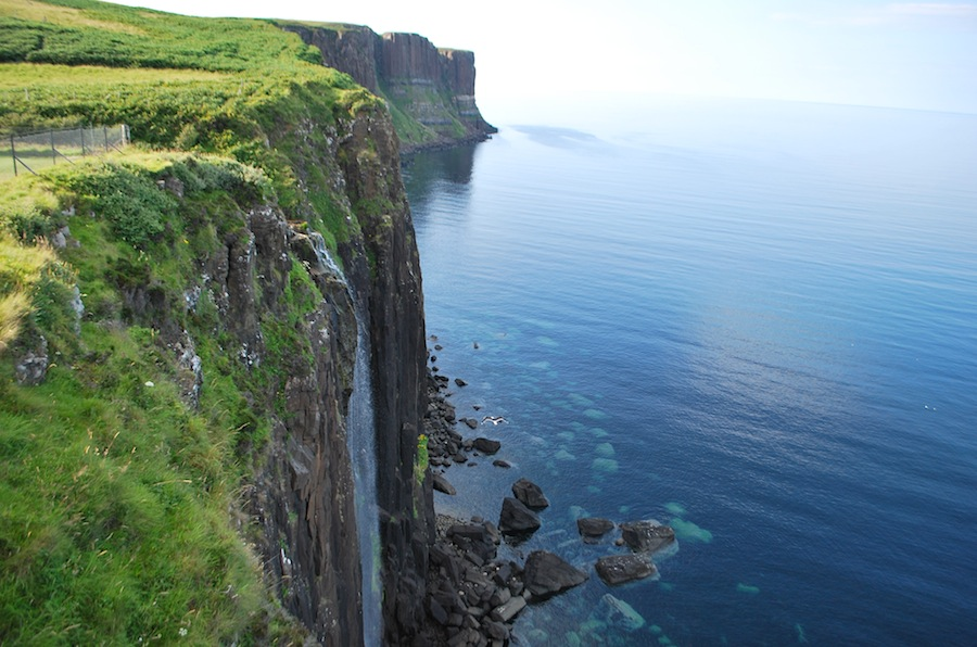 Шотландия, остров Скай, водопад и горы Килт
