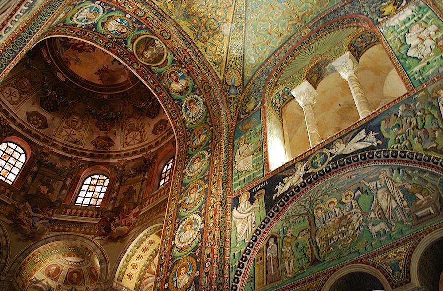 Сан-Витале, Равена, мозаика жертвоприношение Исаака и гостеприимство Авраама, мозаика выполнена мастерами римско-эллинистической школы