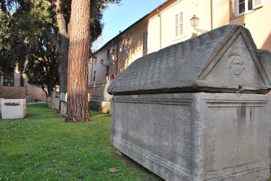 древние саркофаги у Сан-Витале, Равенна