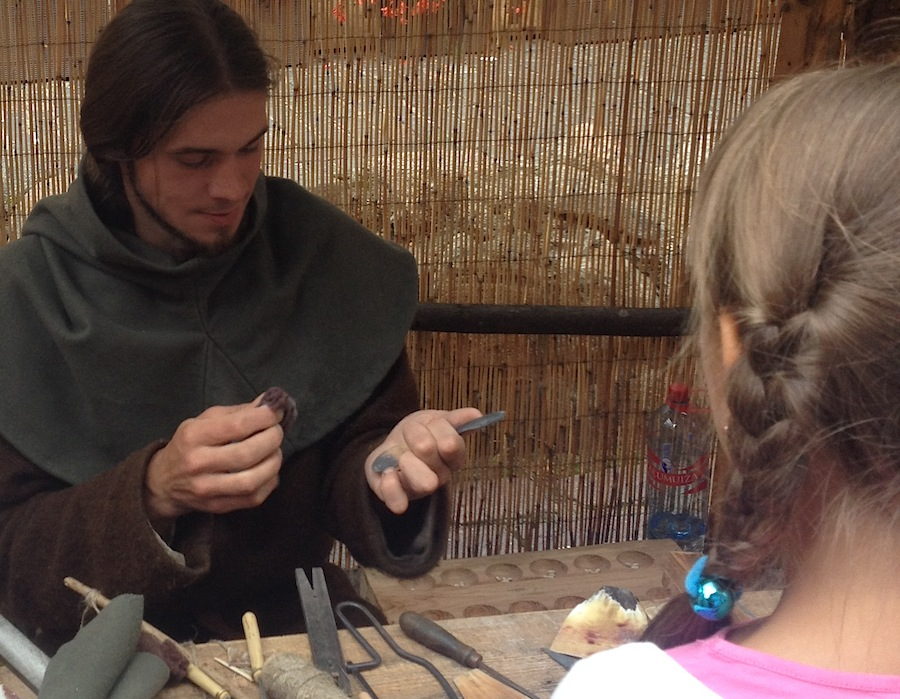 мастер, торгующий ложками, ножами и прочими предметами быта