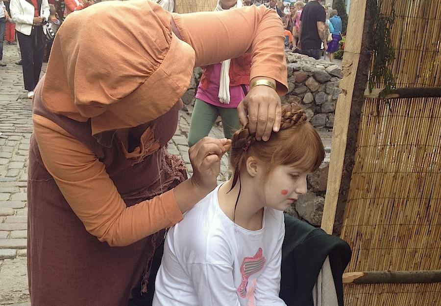 Плетение косичек в средневековом салоне красоты