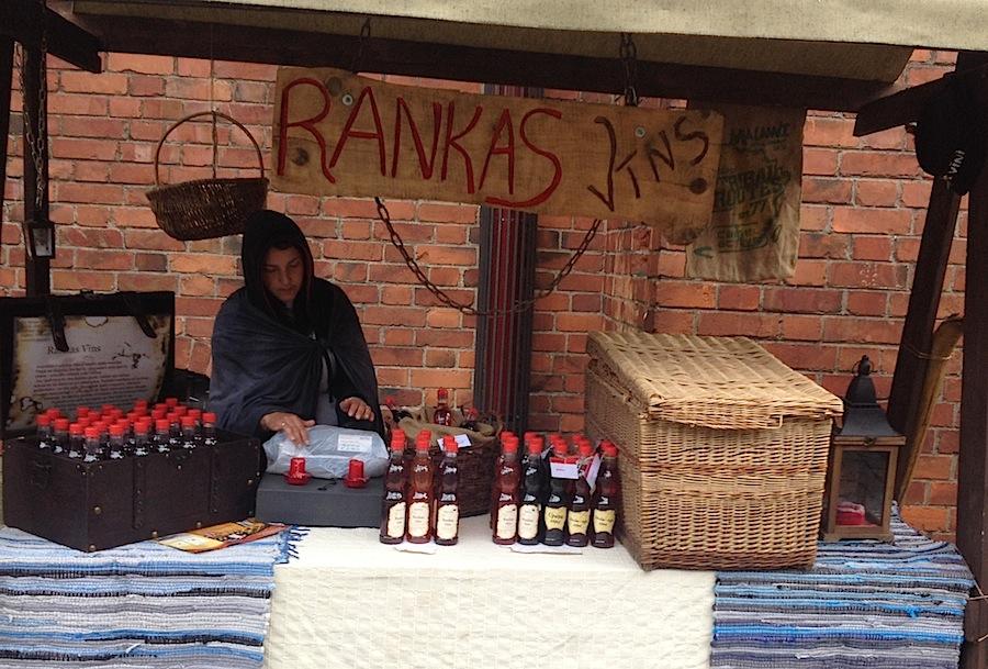 лоток, на котором торгуют старинный вином