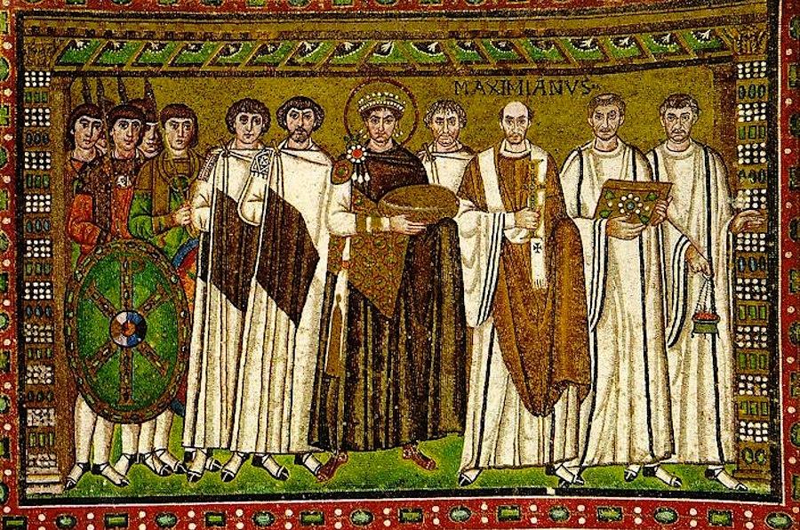 император Юстиниан со свитой, мозаика, Сан-Витале, Равенна