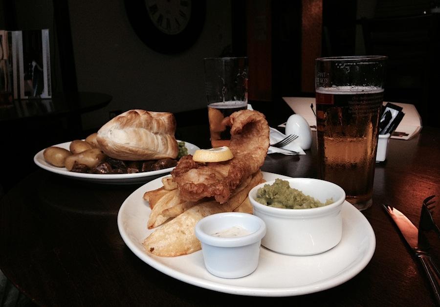 Fish&Chips, горозовое пюре и эль - классика жанра