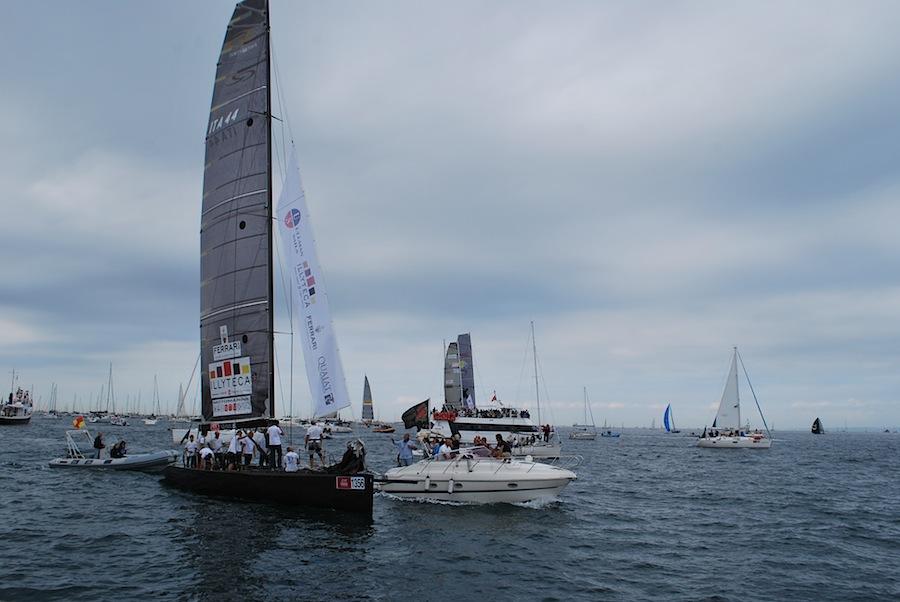 яхтсмены общаются с поклонниками, подъехавшими к яхте на катере