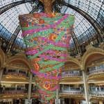 Рождество Galeries Lafayette: 25-метровая ёлка вверх тормашками