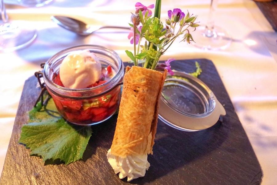 Салат из клубники с мятой и мороженое из герани