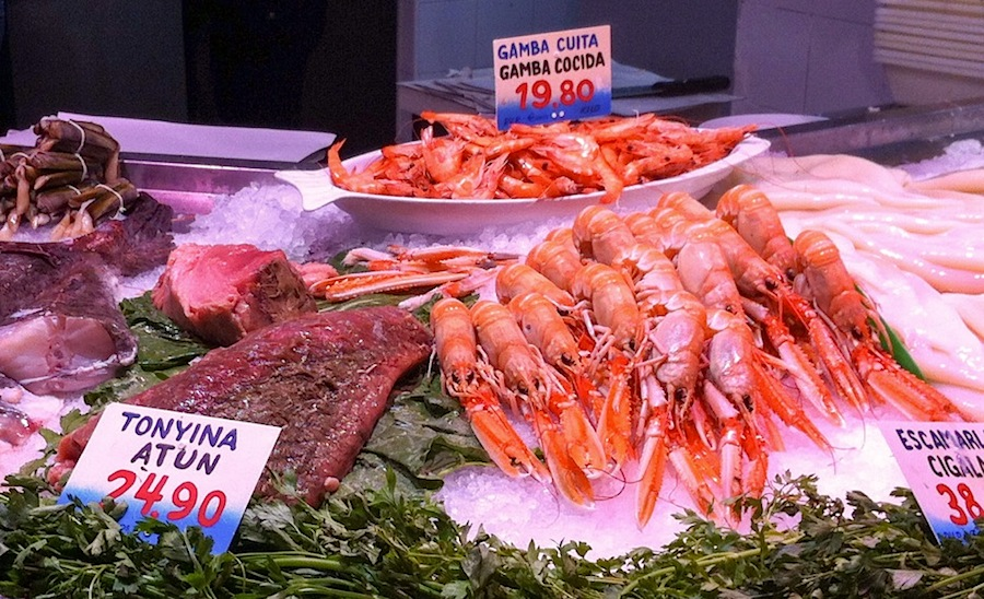 Еда в Барселоне, Испания, прилавок с морепродуктами в La Paradeta