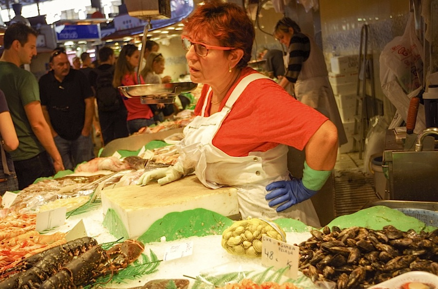 Еда в Барселоне, рынок La Boqueria, прилавок с морскими гадами и рыбой на Бокерии