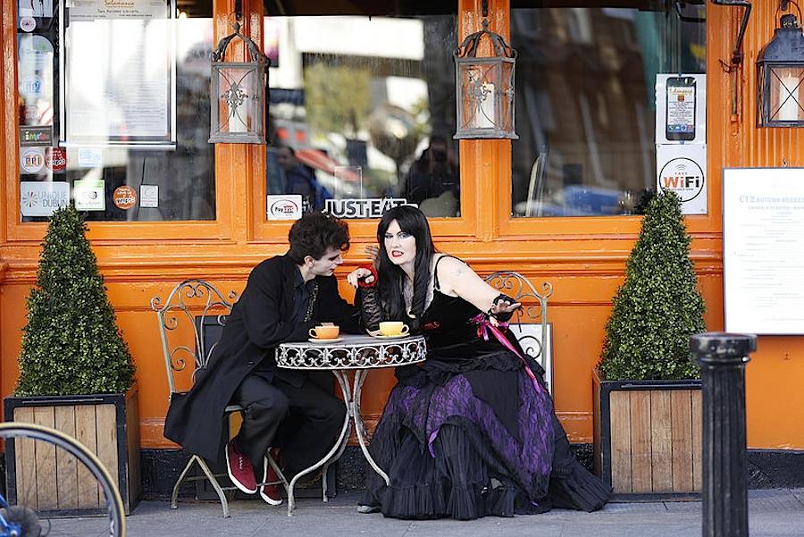 вампиры в уличном кафе Дублина