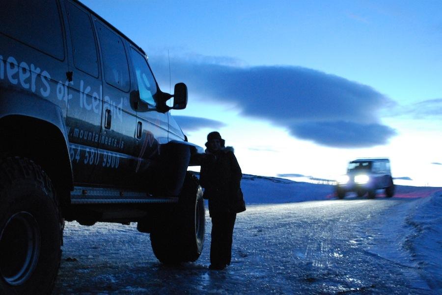 вот на таких машинах мы ездили по Исландии