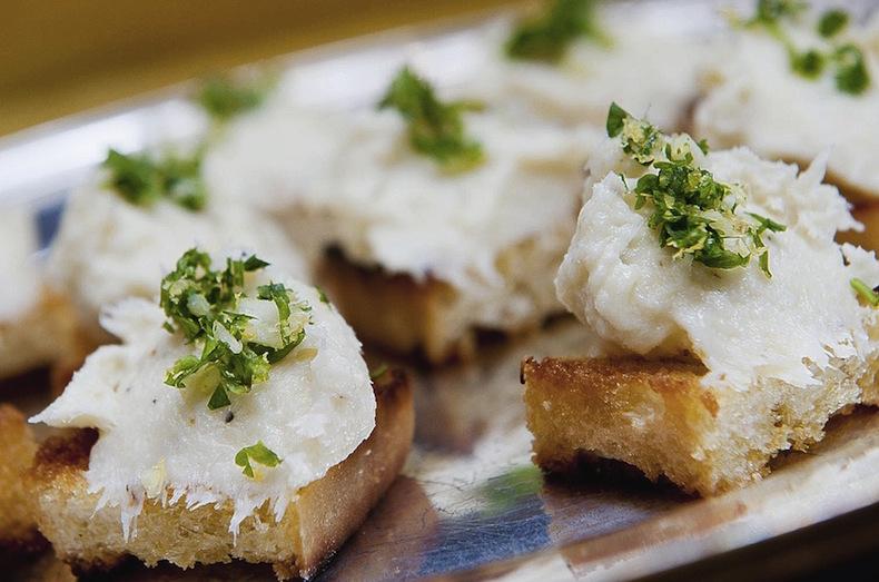 Баккала - пюре из трески на кусочках хлеба