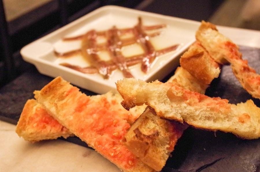 Томатный хлеб с анчоусами для Majestic кафе La Dolce Vitae