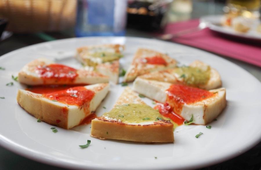 Сыр с красным и зеленым мохо