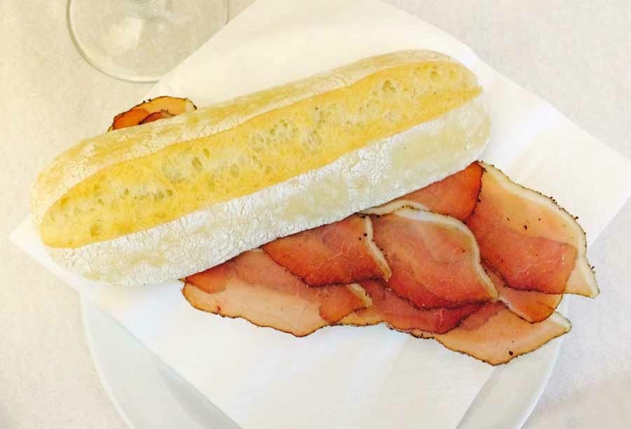 бутерброд с прошутто из мяса вепря-кабана