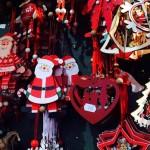 Рождественские игрушки и новогодний декор на ярмарке в городке Тренто (Италия)