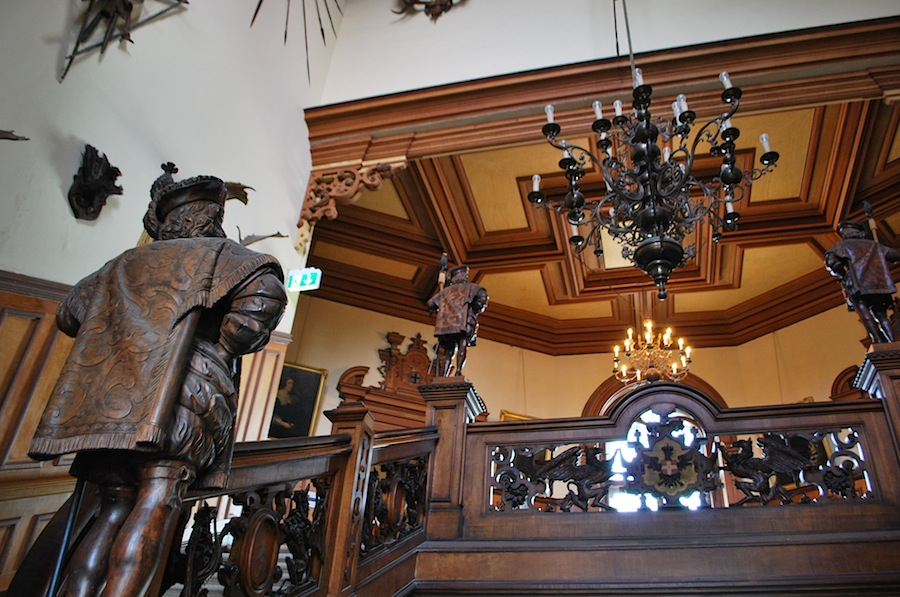 резная лестница в замке Мирамаре