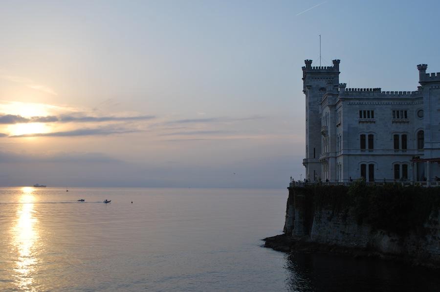 замок Мирамаре, закат, море, Италия