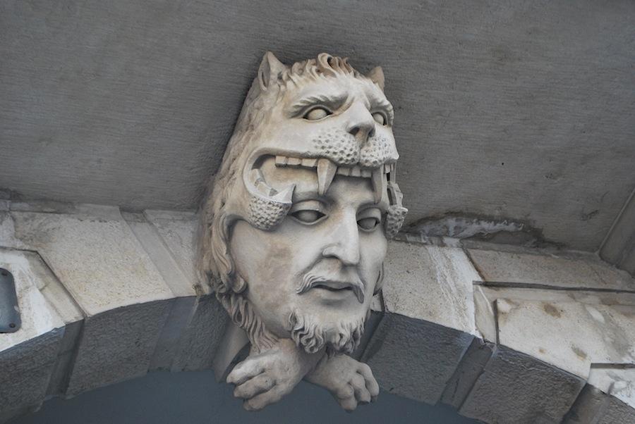 арка с маской на площади Верди