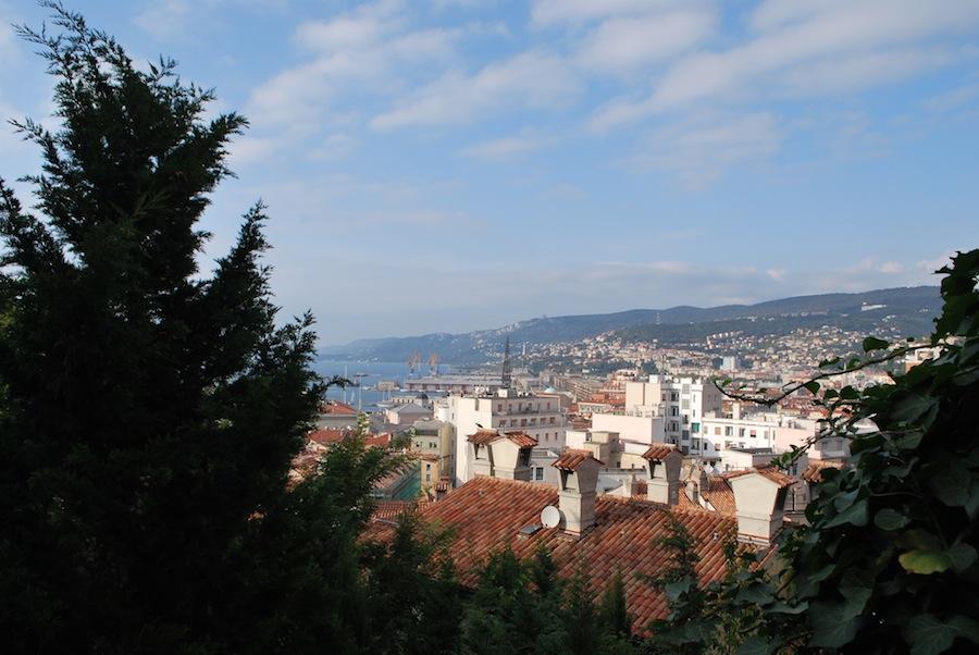 вид на город с вершины холма, Триест