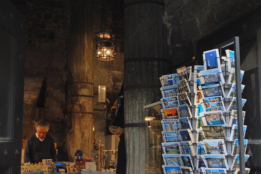 античные колоны в магазинчике при церкви