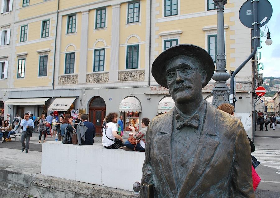 памятник Джеймсу Джойсу в