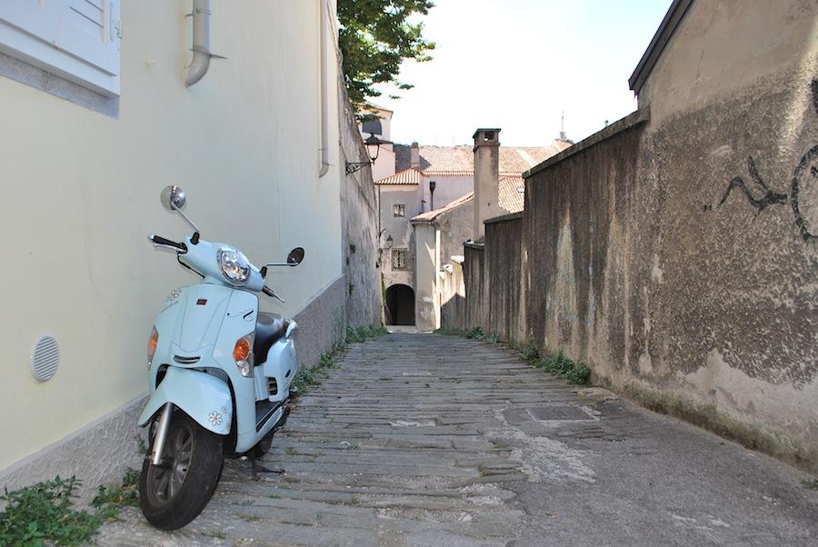 улочки средневекового города, Vespa