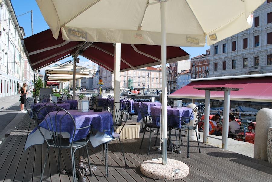 уличное кафе на Гранд Канале, Триест, Италия