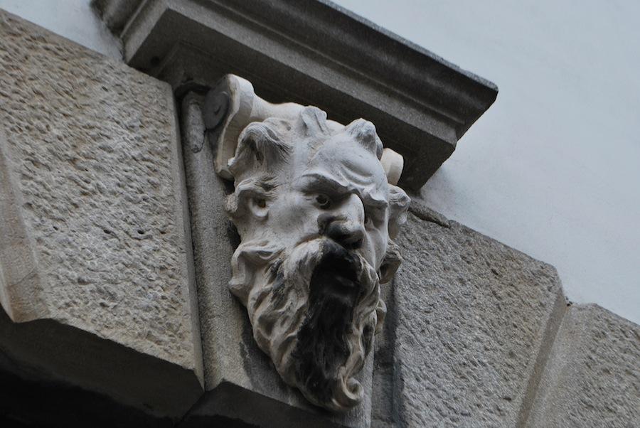 барельеф, мужская голова, Удине, Италия