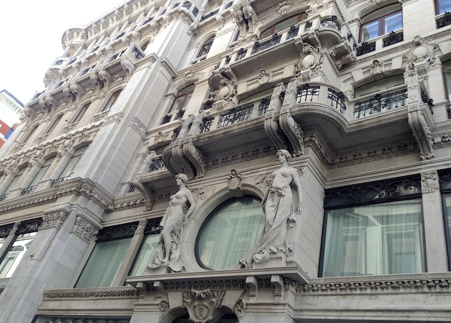 статуи на фасаде здания, Триест