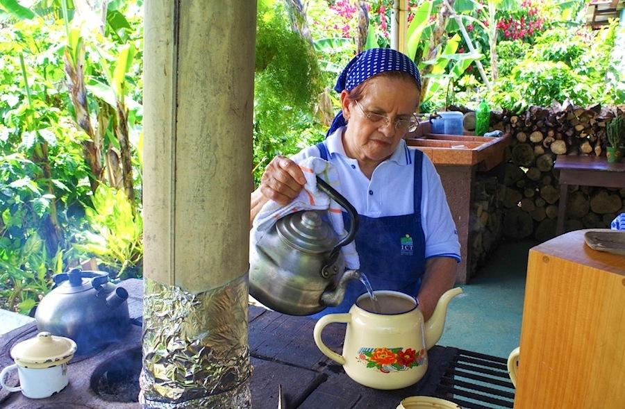 Жена дона Мануэля заваривает кофе в эмалированном чайнике