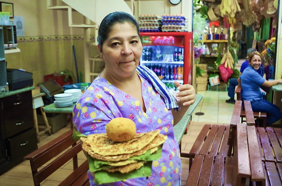Продавец лепешек на центральном рынке Сан-Хосе