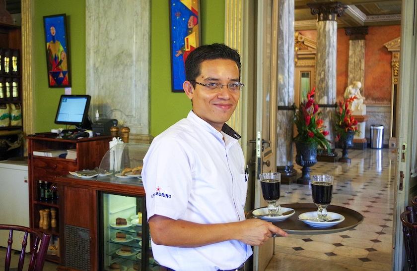 Коста-Рика, Сан-Хосе, Официант в кафе Национального театра
