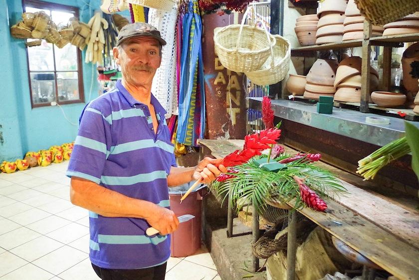 Продавец цветов на Центральном рынке Сан-Хосе