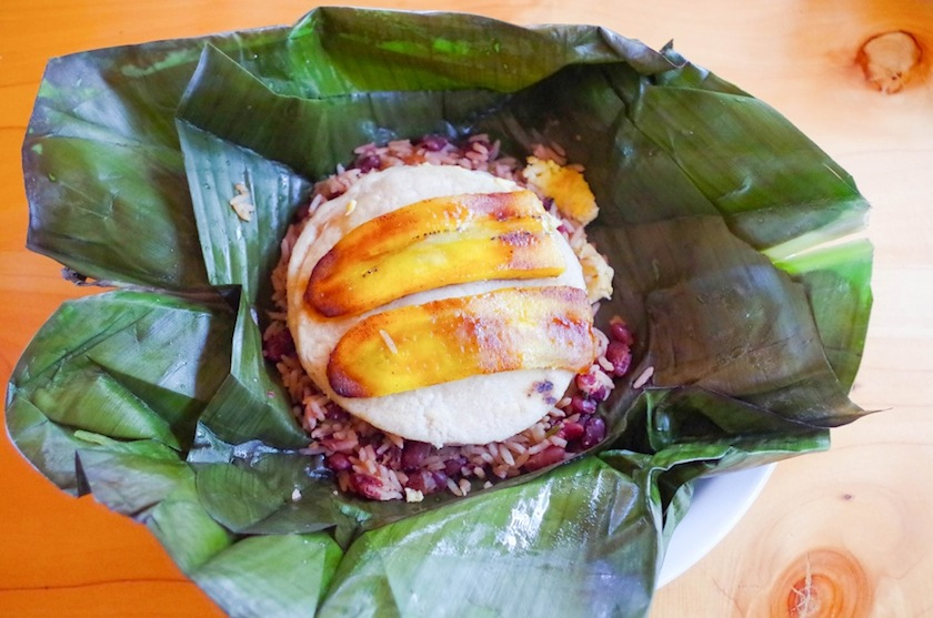 Gallo pinto рис с бобами и жареные плантаны в банановом листе