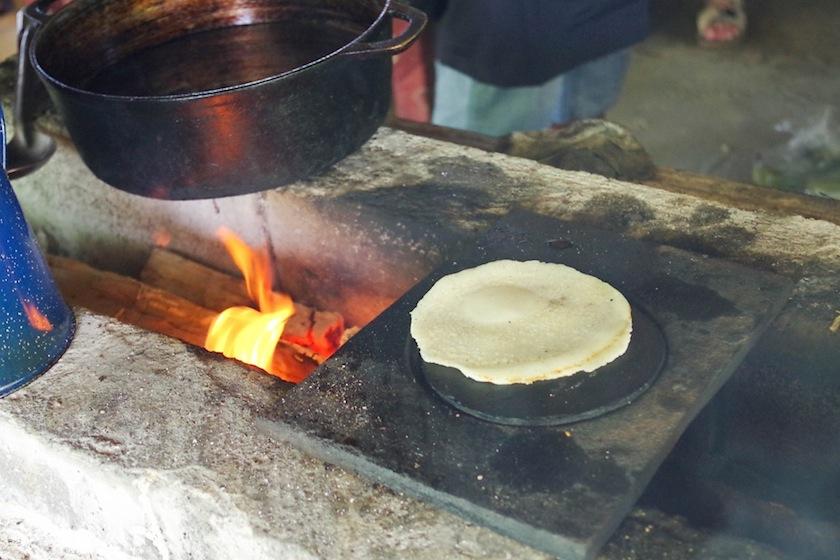 Приготовление кукурузных лепешек