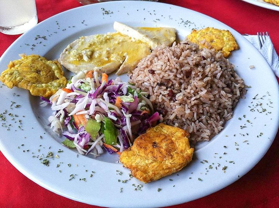 Рыба в кокосовом молоке и рис, жареный на кокосовом масле