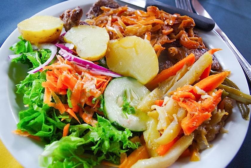 Типичное блюдо с мясом и овощами Casado