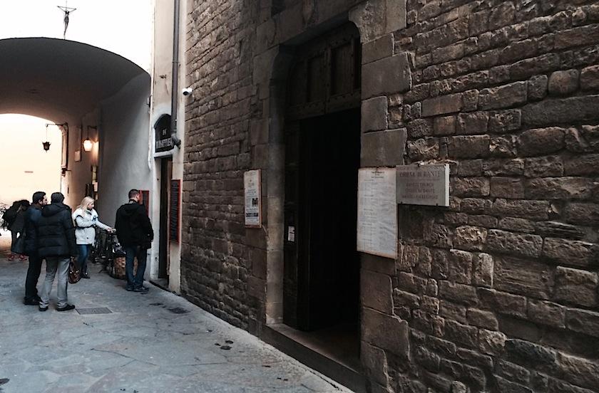 бутербродная рядом с церковью Данте