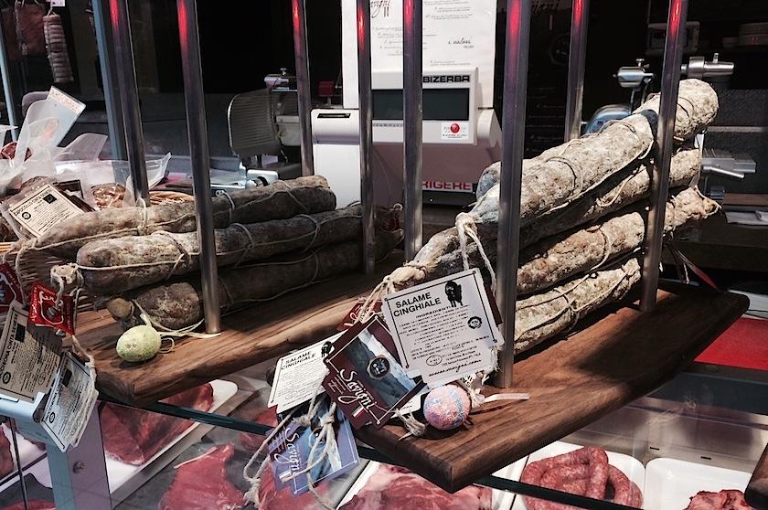 салями из кабана на центральном рынке Флоренции