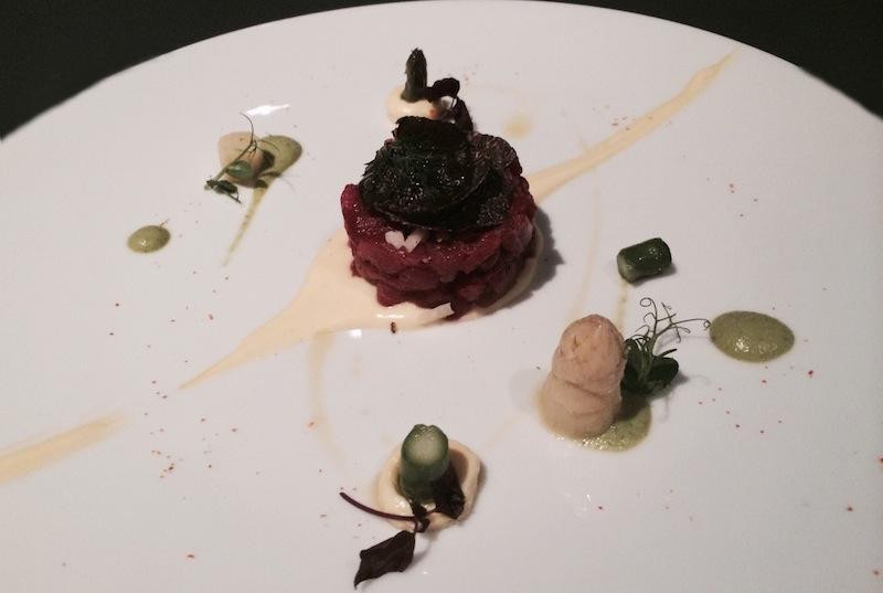 тартар со спаржей, черными трюфелями и яичным соусом