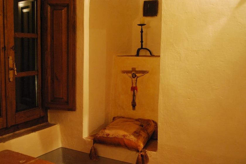 уголок для молитвы и секретное окошко, через которое можно наблюдать происходящее в церкви
