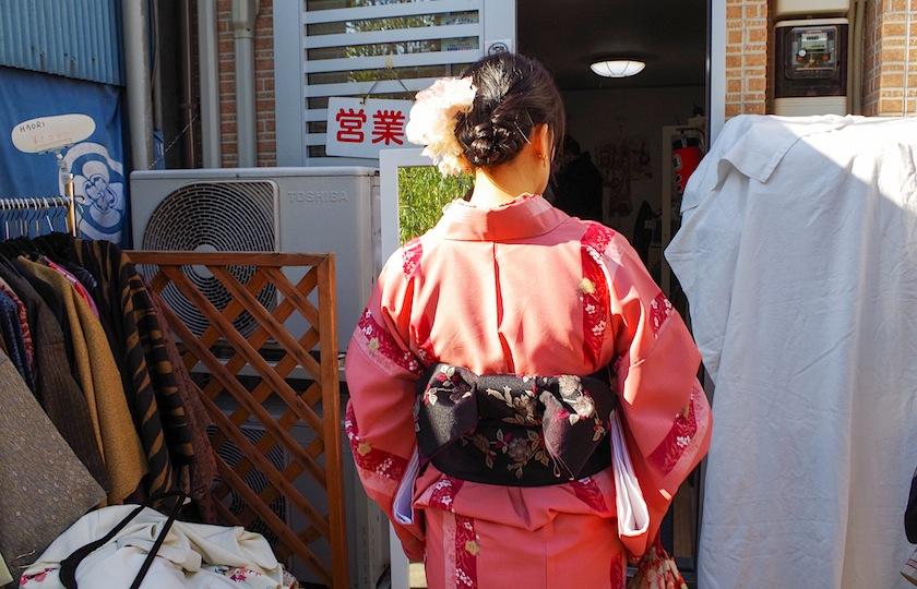 Сэнсо-дзи: мэйко прихорашивается в винтажной лавке