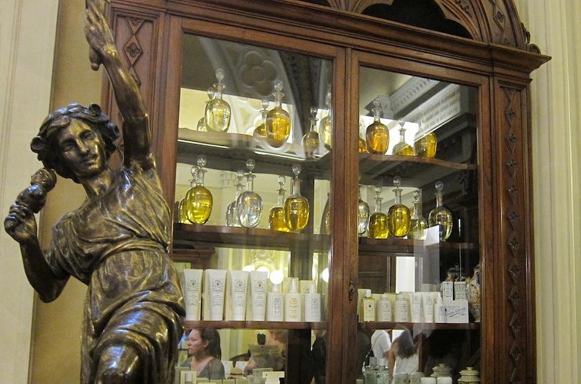витрина парижского отделения аптеки Santa Maria Novella
