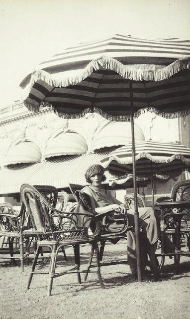 Биби в кафе казино Канн