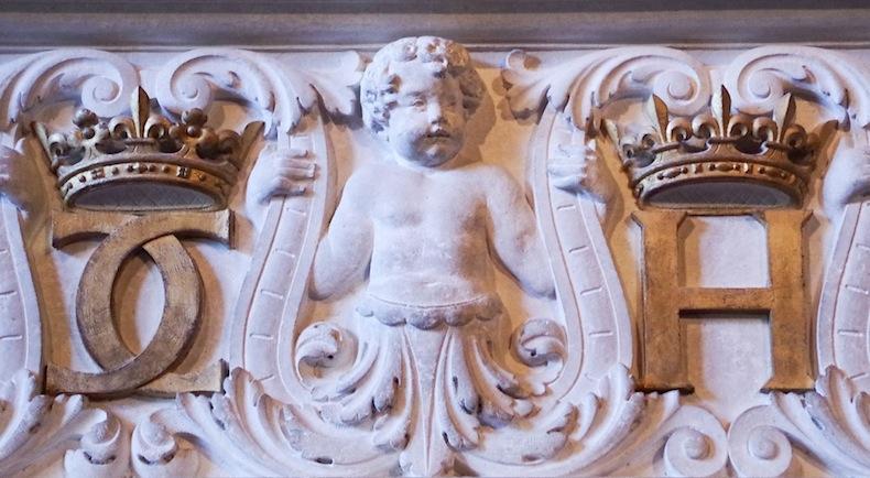 Инициалы Екатерины Медичи и Генриха II, увенчанные коронами