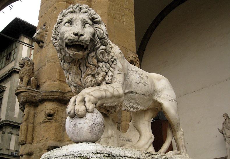 каменный лев в Лоджии Ланци, Флоренция