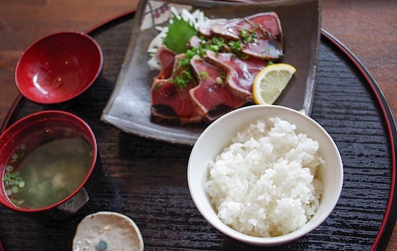 тунец чуть схваченный на огне с рисом